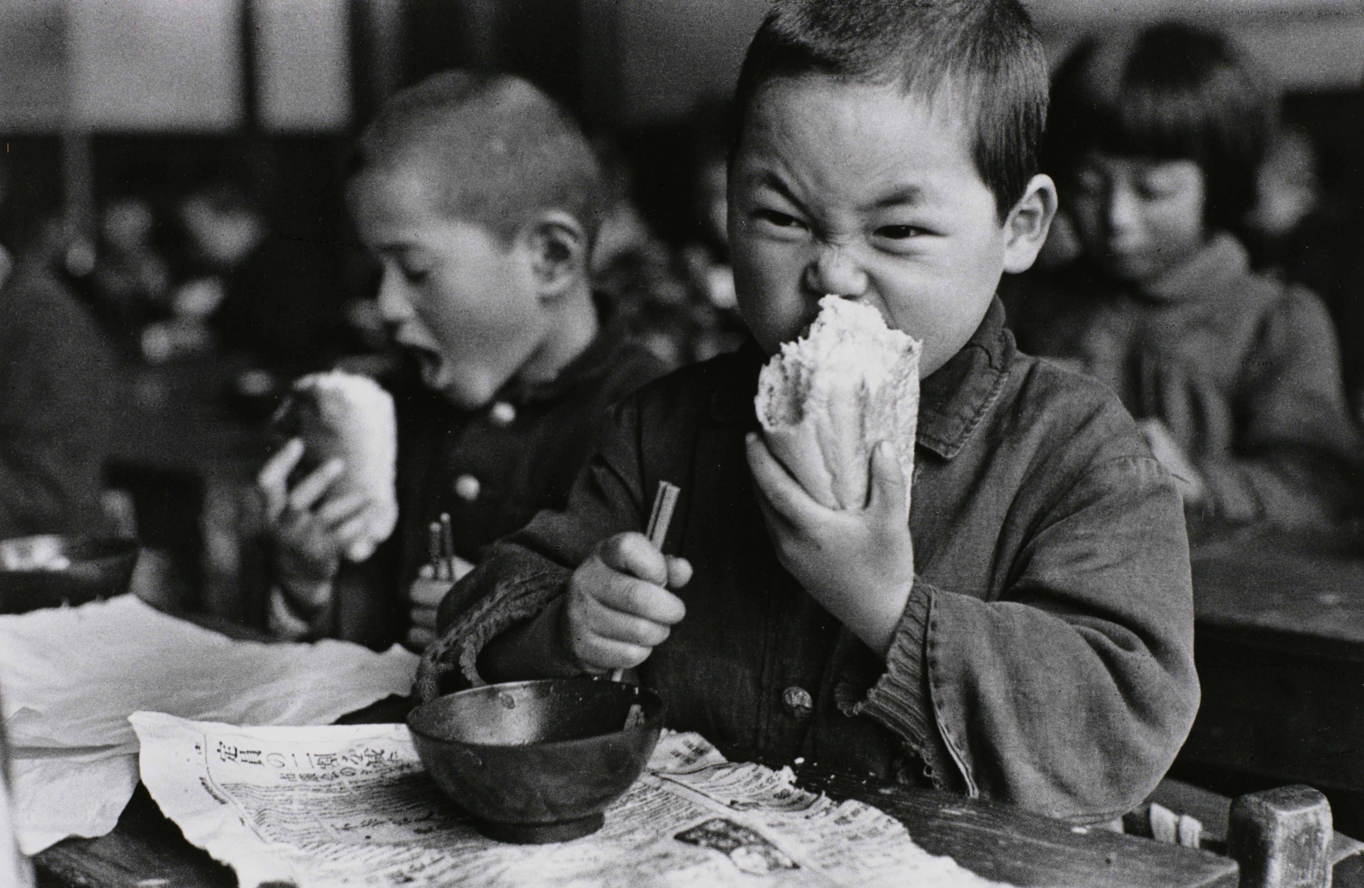 'Munching on a roll, from First Grade' (1953)by Genichi ) Kumagai. | THE TOKYO METROPOLITAN MUSEUM OF PHOTOGRAPHY