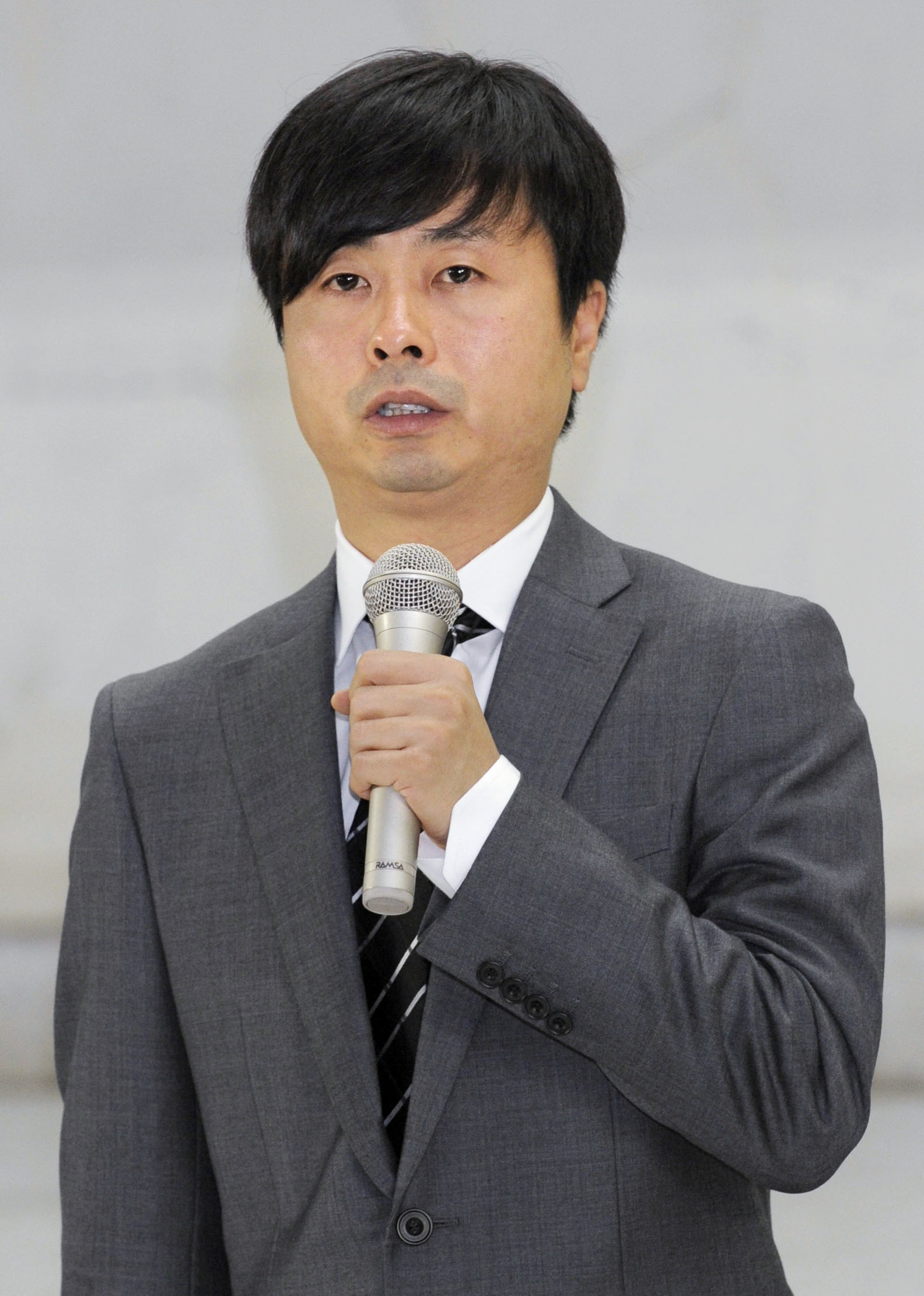 Farewell: Comedian Junichi Komoto apologizes for allowing his mother to collect welfare payments despite the fact that he was making a decent salary himself. | KYODO