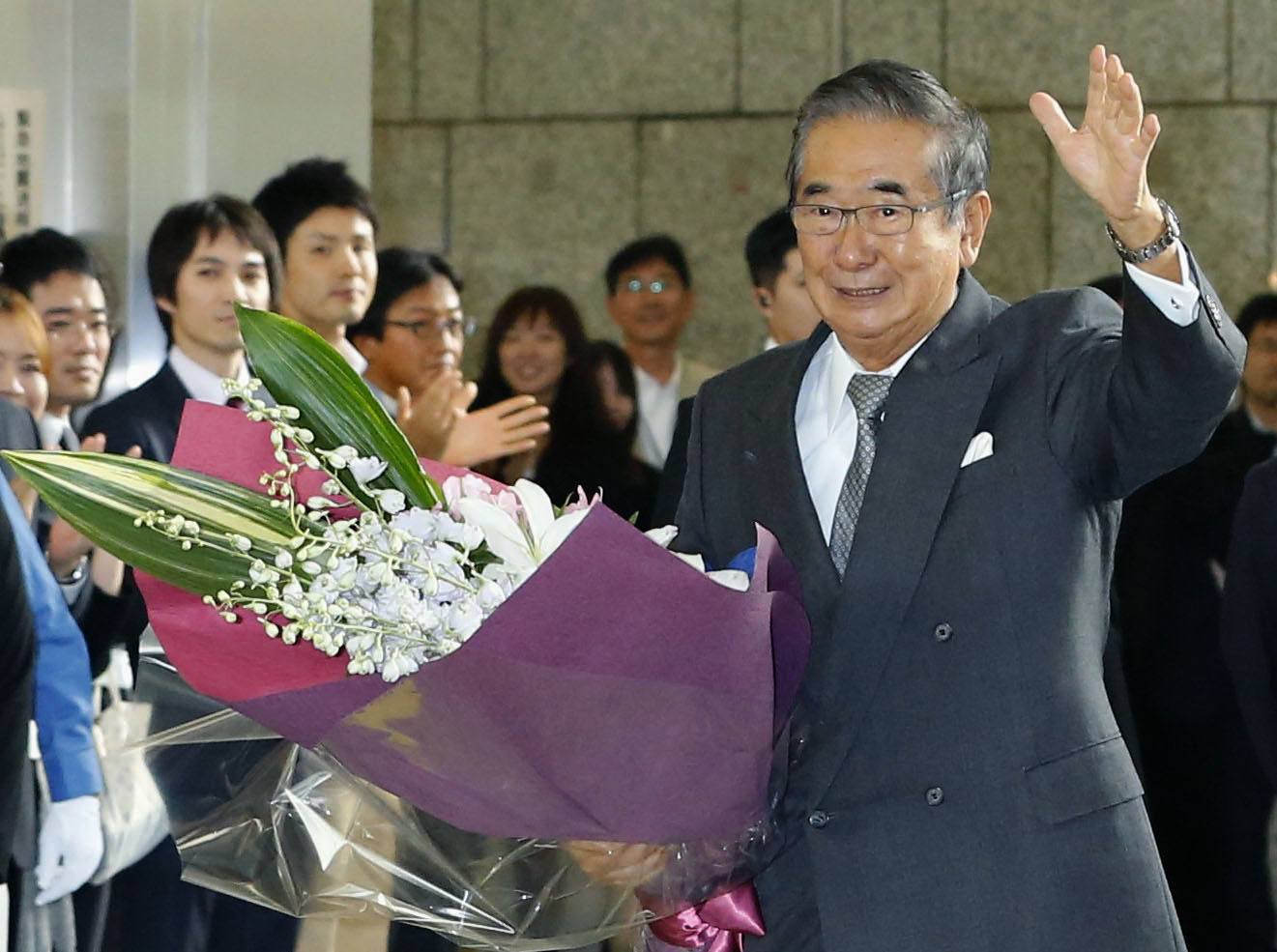 Exit stage right: Tokyo Governor Shintaro Ishihara leaves Tokyo city hall after his resignation on Oct. 31. The aging politician plans to create a new political party. | KYODO