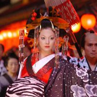 Above, Anna Tsuchiya (in the role of Kiyoha) walks in a procession through the Yoshiwara entertainment district of Edo in 'Sakuran.' Left, Tsuchiya during her interview with The Japan Times.  2007 NINAGAWA GUMI 'SAKURAN' FILM COMMITTEE, YOSHIAKI MIURA PHOTOS [See more in our Photo Gallery]       Anna Tsuchiya's movies and music