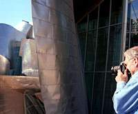 Sydney Pollack working on 'Sketches of Frank Gehry.' | (c)MIRAGE ENTERPRISES, SP ARCHITECTURE PRODUCTIONS LLC 2006/WISEPOLICY