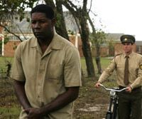 Dennis Haysbert (left) and Joseph Fiennes as Nelson Mandela and his prison warder  © ARSAM INTERNATIONAL , CHOCHANA BANANA FILMS, X-FILME CREATIVE POOL, FONEMA, FUTURE FILM FILM AFRIKA