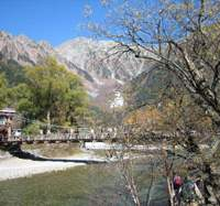 Kamikochi is a renowned and supremely beautiful base for trekkers enjoying the 3,000-meter Japan Alps peaks that form its backdrop &#8212; which helps explain why Nagano attracts so many foreign visitors as well as residents. | YOKO HANI PHOTO