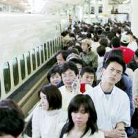 Travelers throng a  shinkansen  platform at JR Tokyo Station on May 3, 2007, as millions embark on a traditional 'Golden Week' visit to their hometowns. | KYODO PHOTO