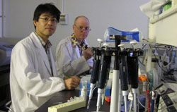 Peter Osborne and a Japanese colleague conduct research at Asahikawa Medical College, Hokkaido Prefecture. | LIN CHUN-LAN PHOTO