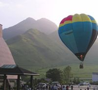 Hot-air ballooning is one of the activities at the summer camps organized by The Supporting Network for the Chronically Sick Children of Japan