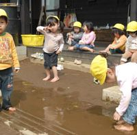 At Asaka Doronko Nursery School, kids can get as muddy as they like. | YOSHIAKI MIURA PHOTOS