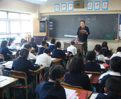 Bilingual, trilingual: Classes at Yokohama Yamate Chinese School are taught in both Mandarin and Japanese. Students learn English from fifth grade. | EMILY CHO PHOTO