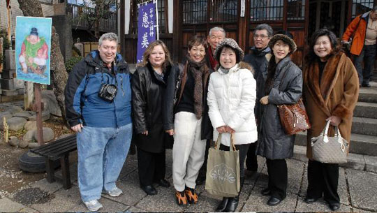 Group shot: Members of this year's Seven Lucky Gods Tour pose together in front of Seiunji temple in Nishi Nippori in Tokyo's Arakawa Ward. Miki Oyama, Woman's Group vice president is third from right in front, with Alan and Eugenia Josephine Mindlin on the far left. Naomi Horie is second from right and Meiko Ninomiya is on the far right. | YOSHIAKI MIURA PHOTO