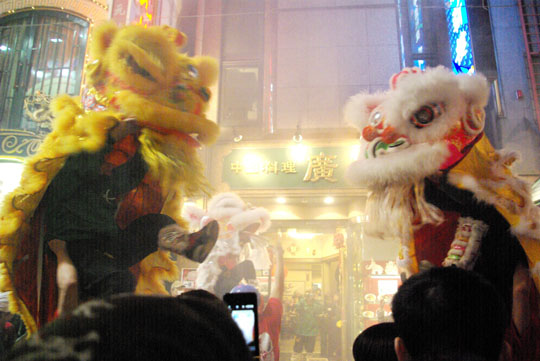 Happy New Year: Dancers perform the grand finale of the lion dance. | REIJI YOSHIDA PHOTO