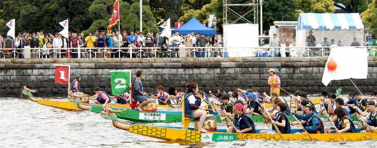 Water dragons: Participants in the Yokohama Dragon Boat Race get ready to start the race. | YOSHIAKI MIURA PHOTO
