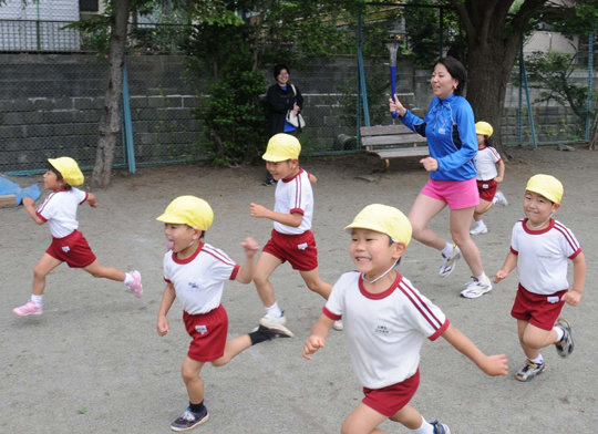 Global torch run lights up day for Kamakura children