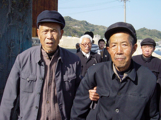 Unfinished business: Chinese survivors support each other during a 2005 trip to Nagasaki, where they were forced to dig coal for Mitsubishi. Their claim for compensation was rejected by the Fukuoka High Court in March. | COURTESY OF THE NAGASAKI SUPPORT GROUP FOR CHINESE FORCED LABOR LAWSUITS