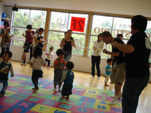Drop in, work out: Patrick Sherriff, co-owner of Tower English School, teaches kids — and mothers — at a recent playgroup drop-in in Abiko, Chiba Prefecture. | RICHARD SMART PHOTO