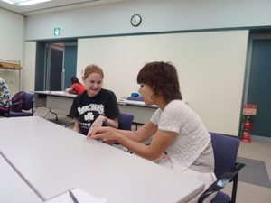 Let's learn: An American woman and Japanese volunteer take part in the 'Let's Chat in Japanese' monthly program organized by Minato International Association at Mita NN Hall in Minato Ward, Tokyo. | MAMI MARUKO PHOTO