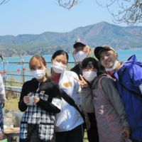 Gakutsu volunteers including Minami Yamashita (second from left) and organizer Yu Hosoda (right) at work.