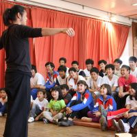 Cultural classics: Masakazu Teramoto of the Tokyo-based acting troupe Mari Mari performs in front of third- and fourth-generation Japanese-Brazilian children at Pilar do Sul Japanese School in Brazil's Sao Paolo state in September. | COURTESY OF MARI MARI
