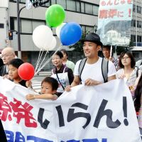 Taro Yamamoto on the streets campaigning for a nuclear power-free Japan in  Osaka in  October 2011ober 2011. | KYODO