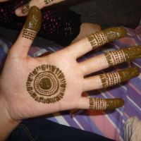 Henna gaijin: Traditional Pakistani mehendi temporary tattoos are applied using henna in preparation for Eid. | KANZA AZEEMI
