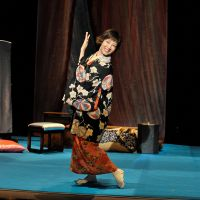 Lone-star stage: Keiko Toda plays the only role of fabled comedienne Chocho Miyako (1920-2000) in Koki Mitani's 'Naniwa Butterfly N.V.' in 2004. | © AKIHITO ABE © PARCO