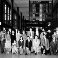 Pioneers: Twenty-two young Brits on arrival in Japan in September 1978 bound for roles in schools and universities as the first-ever intake of the English Teaching Recruitment Programme &#8212; forerunner of JET (the Japan Exchange and Teaching Programme). Lesley Downer is kneeling at the far left of the front row. | COURTESY LESLEY DOWNER
