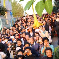 Seeing is believing: The crowd gathered atop Nippori's Fujimizaka (above) to watch the sun set behind Mount Fuji on Nov. 13, the latest of the twice-yearly Diamond Fuji events held to celebrate that event now invisible to most in Tokyo. | JUSTIN AUKEMA