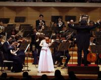 A young girl plays the violin at a concert in May | (C) SUNTORY HALL
