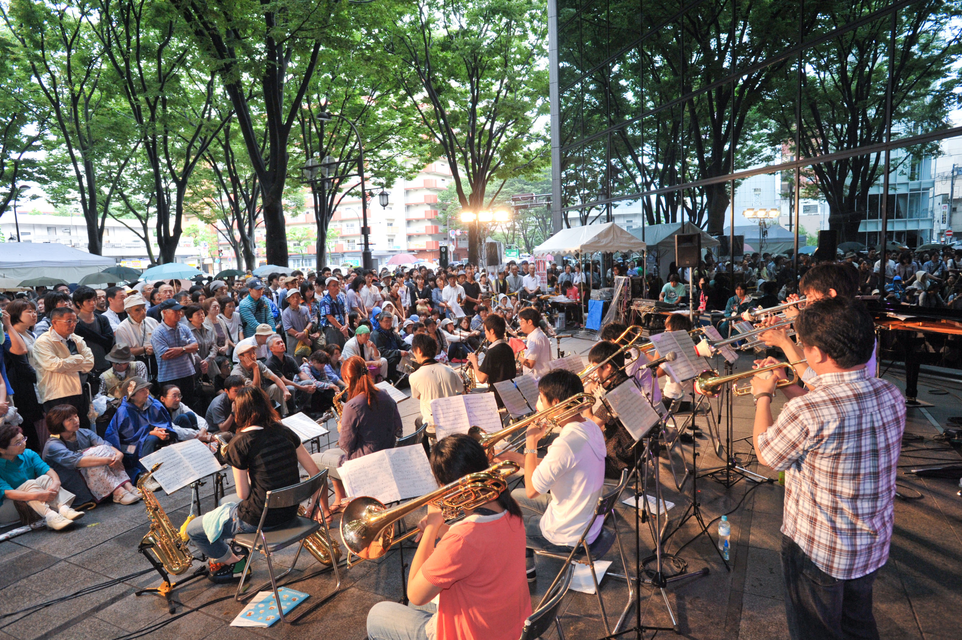 Sounds that soothe: The streets of Sendai become makeshift stages during the Jozenji Streetjazz Festival. | (C) JOZENJI STREETJAZZ FESTIVAL PLANNING COMMITTEE