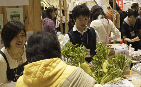 Young greens: As part of the 2009 Eco-Products Fair at Tokyo Big Site, university students, who have been participating in farm projects as a conscious effort to help the environment, were able to sell their vegetables to visitors. | MIO YAMADA PHOTOS