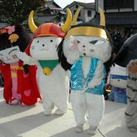 Hikonyan (second from left) and his feline friends perform to their fans at the 2010 Kigurumi Summit in Hikone. Last year the festival featured 150 mascots from all parts of Japan. | COURTESY SOCIETY OF ORGANIZED YURU-CHARA