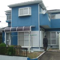 Home without the land: At ¥5.9 million, this two-story house in Kashiwa, Chiba Prefecture, is likely a bargain, though prospective buyers will need to consider the possible high cost to repair it as well as the monthly rent they will have to pay for the land it is built on. | PHILIP BRASOR AND MASAKO TSUBUKU