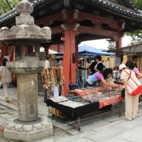 Market day: Stalls at Toji Temple in Kyoto. | ALON ADIKA