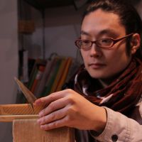 Tine lines: At Takumi no Hako, Toshiaki Ando files boxwood to create a comb. | KIT NAGAMURA PHOTO