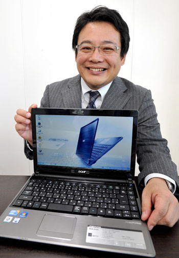 Ace in the hole: Bob Sen, managing director in charge of Japan and South Korea at Acer Inc., holds one of his company's laptops during an interview last month. | YOSHIAKI MIURA PHOTO