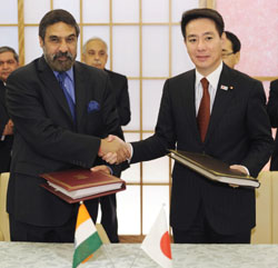 Sealing the deal: Indian Commerce Minister Anand Sharma (left) and Foreign Minister Seiji Maehara mark signing a free-trade agreement Wednesday in Tokyo. | KYODO PHOTO