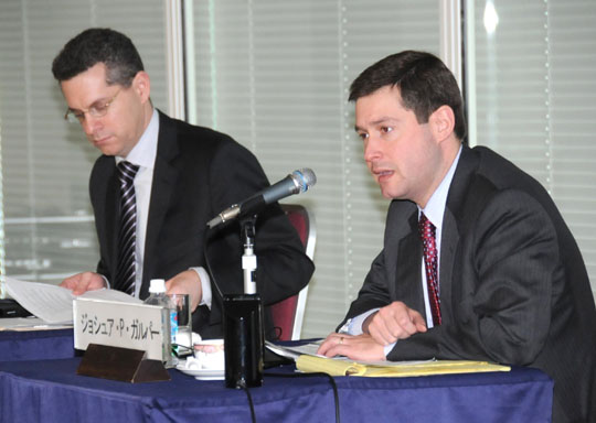 Adam Goldberg (left) and Joshua Galper from Orrick, Herrington and Sutcliffe LLP discuss U.S. politics during a Feb. 17 seminar at the Keidanren Kaikan in Tokyo. | SATOKO KAWASAKI photo