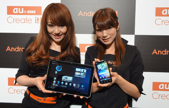 No going back: Models show off Japan's first WiMAX-ready smart phone, the HTC EVO WiMAX ISW11HT, and a new tablet computer, the Motorola XOOM Wi-Fi TBi11M, from KDDI Corp.'s au unit during a preview Monday. | KAZUAKI NAGATA PHOTO