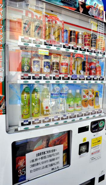 Both fridge and heater: Vending machines are ubiquitous nationwide. | YOSHIAKI MIURA PHOTO