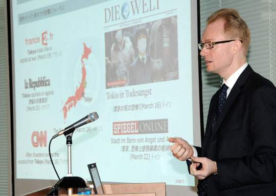 To the point: Jochen Legewie, president of CNC Japan, gives a lecture on corporate relations with the foreign media at Keidanren Kaikan in Tokyo. | SATOKO KAWASAKI