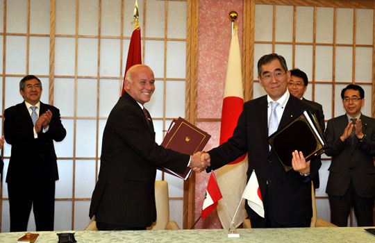 Sealing the deal: Foreign Minister Takeaki Matsumoto shakes hands with Peruvian trade minister Eduardo Ferreyros Kuppers on Tuesday following the signing of a bilateral economic partnership agreement at the Foreign Ministry. | YOSHIAKI MIURA