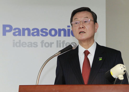 Short-circuited: Panasonic Corp. President Fumio Otsubo faces reporters Friday in Tokyo, after the firm projected a record annual loss of 780 billion yen for the current business year. | KYODO