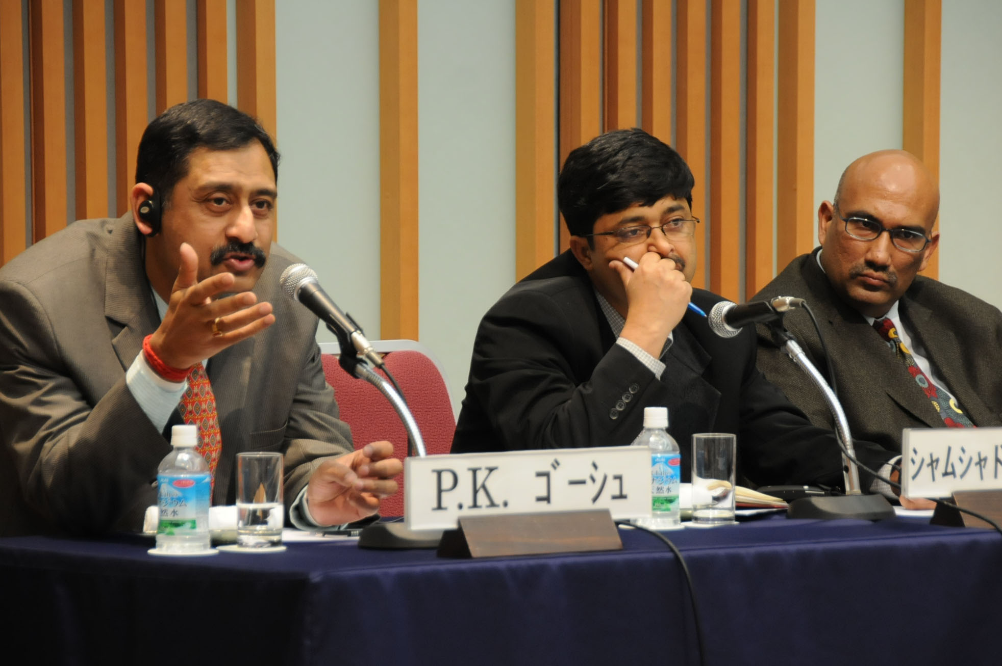 Probal Ghosh (left) of the Observer Research Foundation talks about maritime security in the Indian Ocean as Shamshad Ahmad Khan from the Institute of Defense Studies and Analyses listens. | SATOKO KAWASAKI