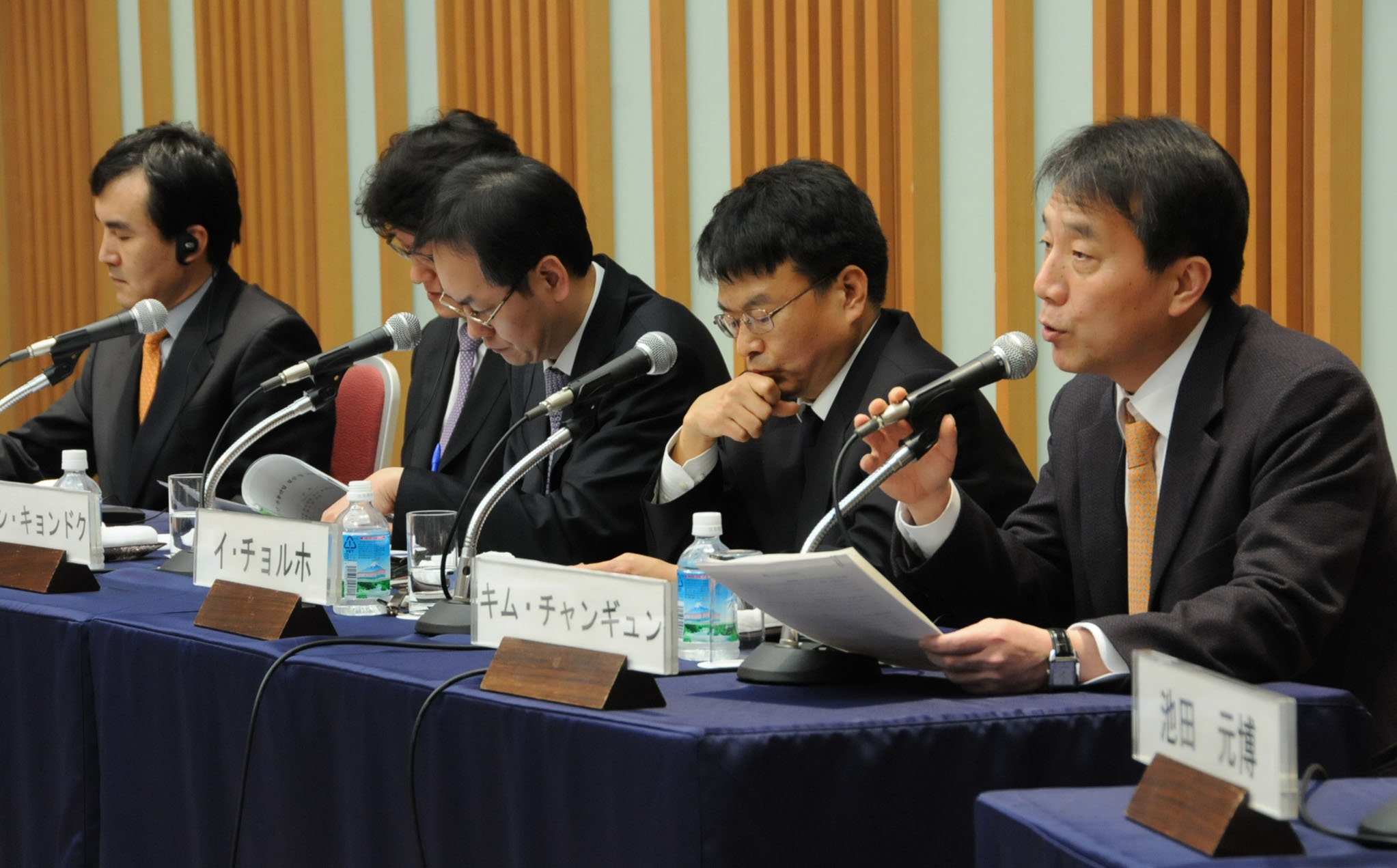 Kim Chang Kyoon (right) from The Chosun Ilbo daily speaks while Jang Gyeong Duk (left) of the Maeil Business Newspaper and Lee Chul Ho from the JoongAng Ilbo listen during a Feb. 10 symposium in Tokyo. | SATOKO KAWASAKI