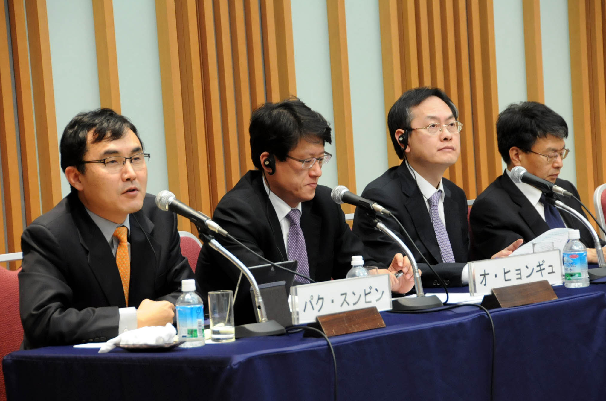 Park Soon Bin of The Hankyoreh speaks about free trade talks in East Asia as Oh Hyung Kyoo of The Korea Economic Daily listens. | SATOKO KAWASAKI