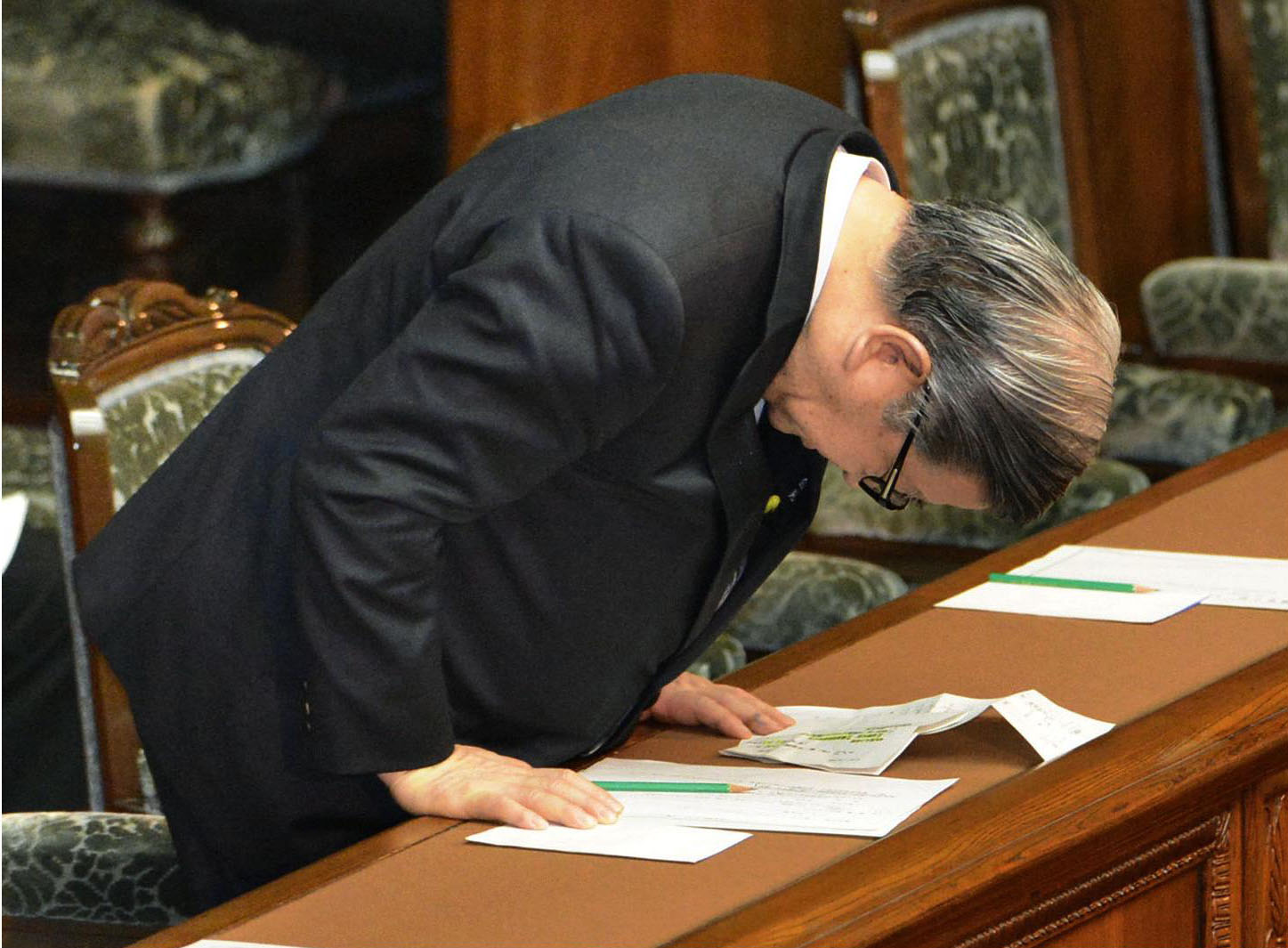 Reform reversal: Shozaburo Jimi, state minister in charge of postal reform, bows after the Lower House passed a bill Thursday to revise the postal privatization law. | KYODO
