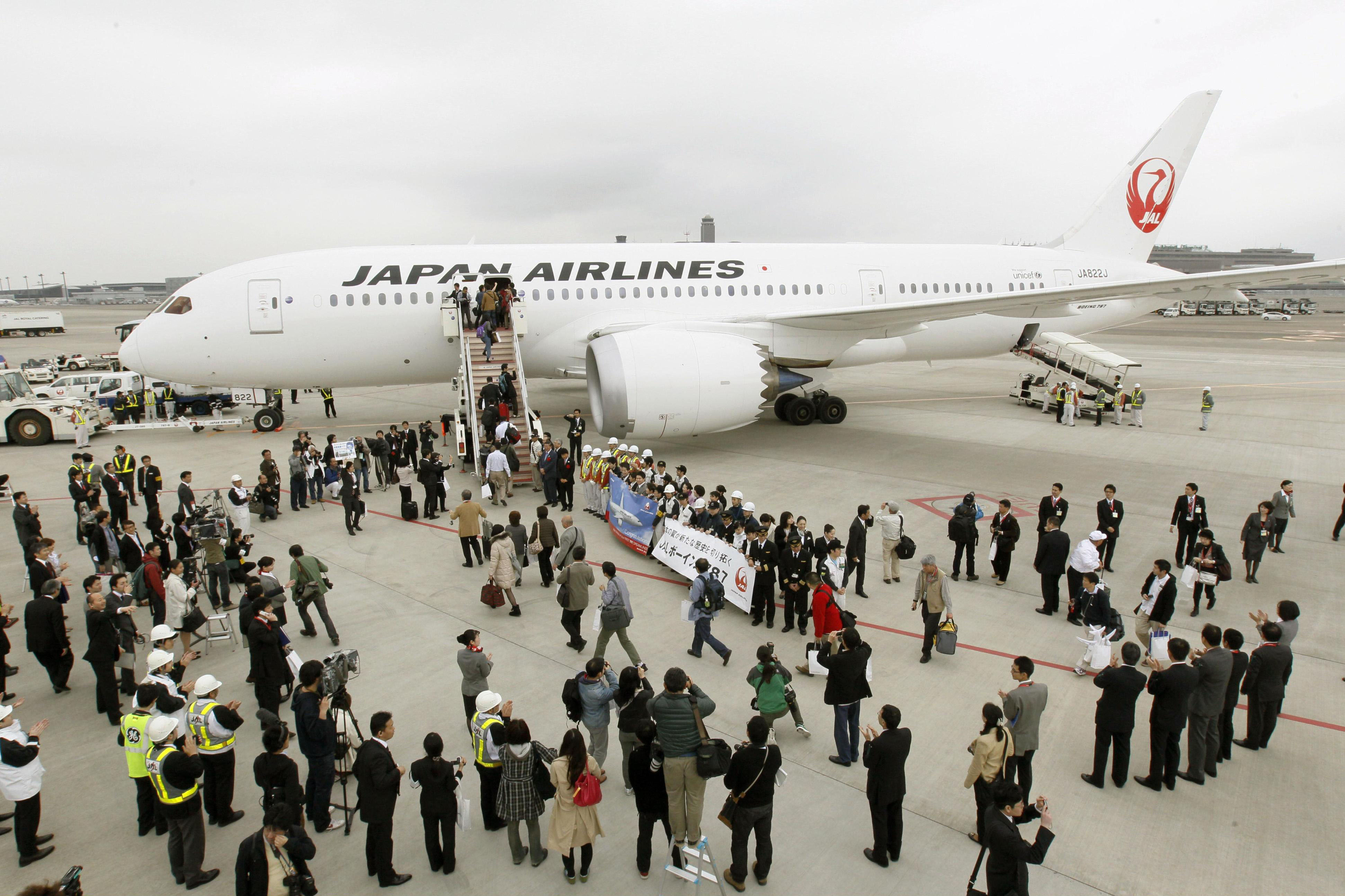 Bridge to Boston: Passengers board a JAL Dreamliner bound for Boston at Narita airport on Sunday. | KYODO