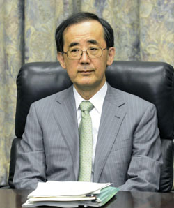 Facilitator: Bank of Japan Gov. Masaaki Shirakawa appears before Friday's Policy Board meeting. | KYODO