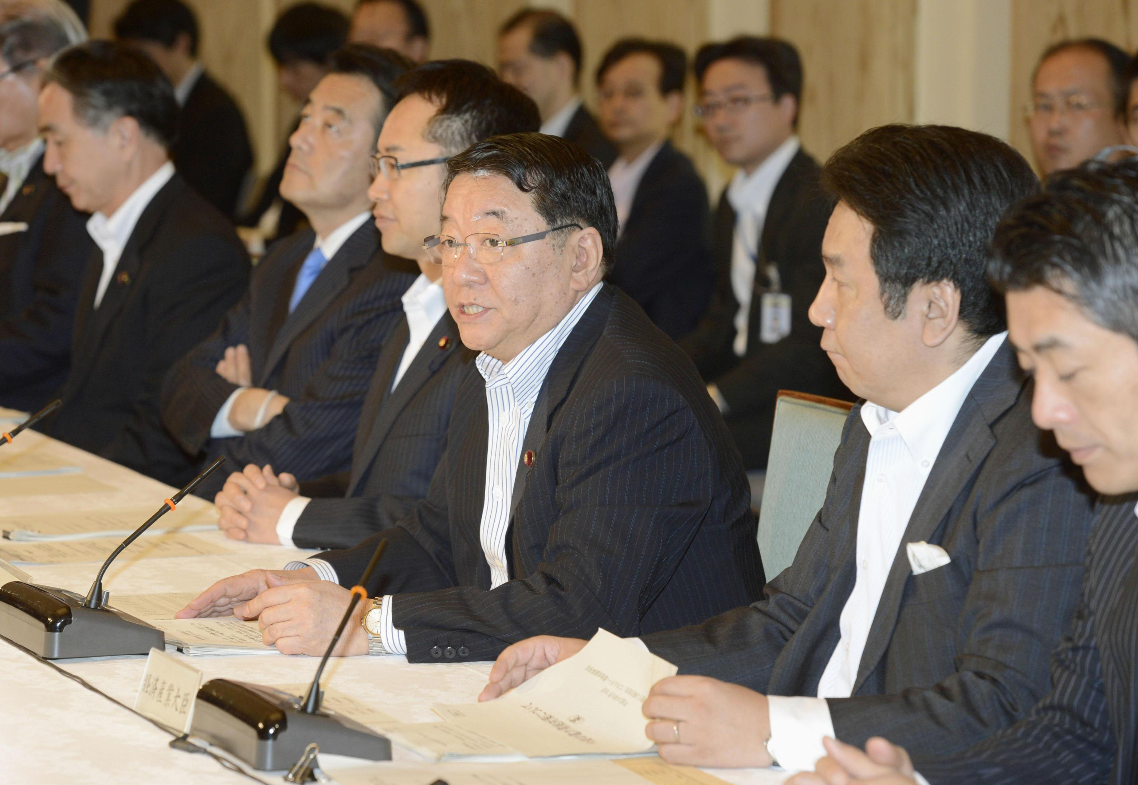 Power play: Chief Cabinet Secretary Osamu Fujimura (center) speaks at a government meeting on power-saving measures at the prime minister's office Friday. | KYODO