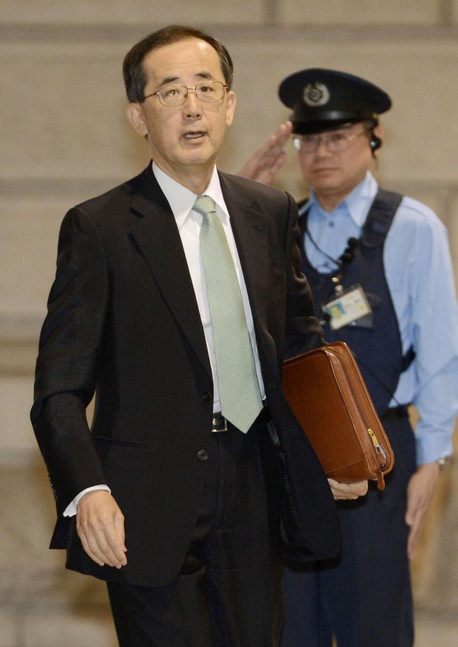 Standing pat: Gov. Masaaki Shirakawa walks into the Bank of Japan on Wednesday. | KYODO