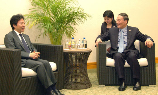 Comparing notes: Finance Minister Jun Azumi (left) talks with Chinese Vice Premier Wang Qishan on the sidelines of the Group of 20 meetings in Los Cabos, Mexico, on Sunday. | KYODO